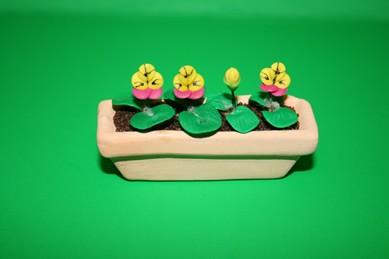 Pflanztrog mit Stiefmütterchen rosa-gelb