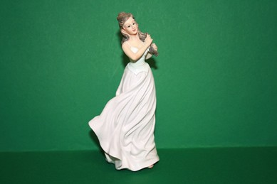 Dame im blassrosa Kleid, RESIN
