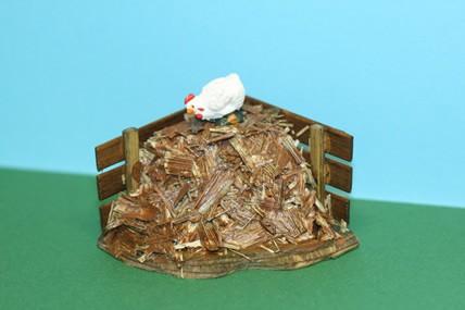 Misthaufen mit Henne, Holz