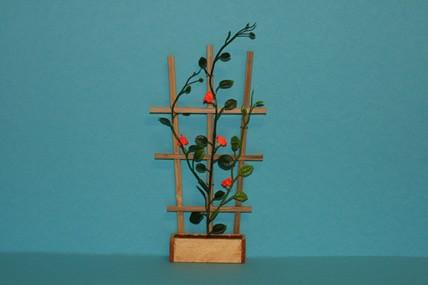 Holzspalier mit Ranken, rote Blüten
