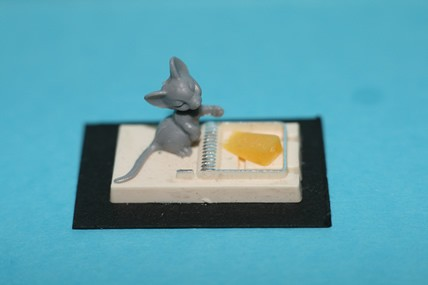 Mausefalle mit Maus und Käse, Kunststoff