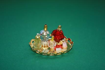 Tablett mit Parfumflacons, goldfarben