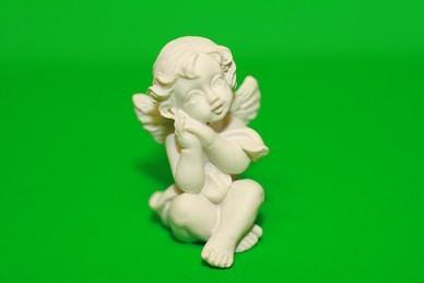 Engel, beide Hände an der Wange, Polyresin