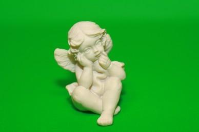 Engel, beide Hände am Kinn, Polyresin