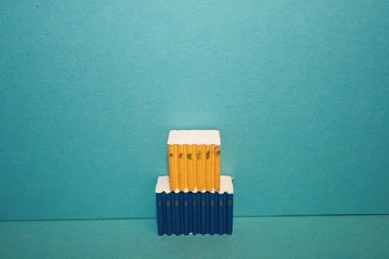 Bücherrücken Holz, dunkelblau + gelb, 1:12
