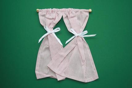 Vorhang-Schals weiß/rot, mit Gardinenstange Holz