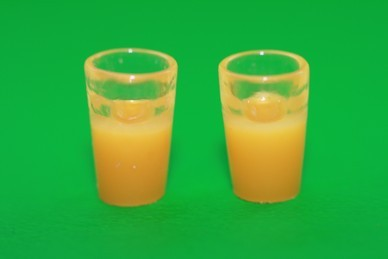 Gläser mit Orangensaft, Kunststoff - 2 Stück