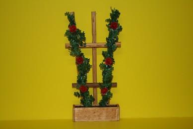 Holzspalier mit roten Rosen