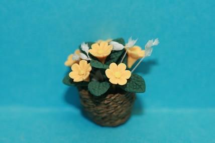 Blumen gelb, im Korb-Übertopf, 1:12
