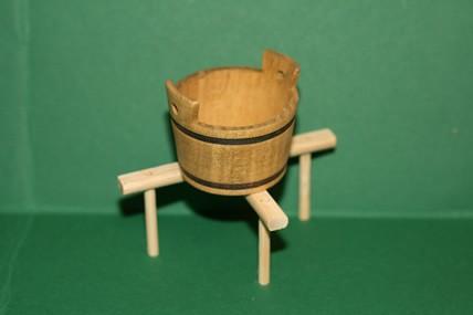 Wasch-Zuber, Holz, auf Holzständer, 1:12