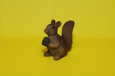 Eichhörnchen mit Nuss, Kunstharz