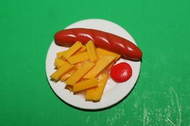 Wurst mit Pommes und Ketchup, auf Pappteller