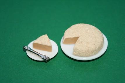 Kuchen + Kuchenstück mit Gabel, auf Tellern, 1:12