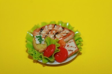 Fischgericht auf Porzellanteller