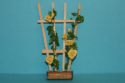 Holzspalier mit Rosenranken, gelb