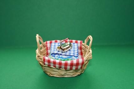 Wäschestapel im Korb, mit Bügeleisen