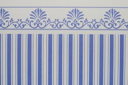 Streifentapete weiß/blau, mit Bortenabschluss