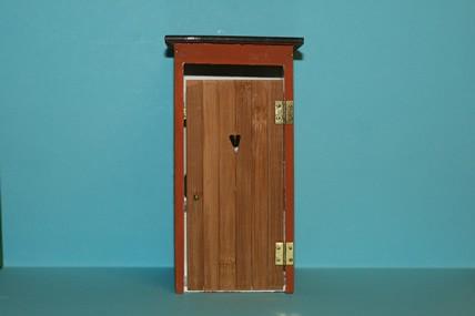 Toilettenhaus mit Herz, incl. Innenausstattung, rot-braun