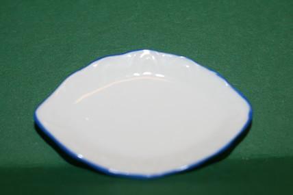 Ovale Porzellan-Platte weiß/blauer Rand, 1:12