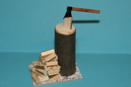Spaltblock mit Holz und Axt
