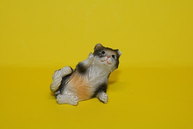 Katze - seitlich liegend, Keramik, grau/orange/weiß