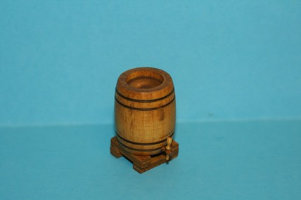 Weinfass auf Fasslager, Holz, stehend, 1:12