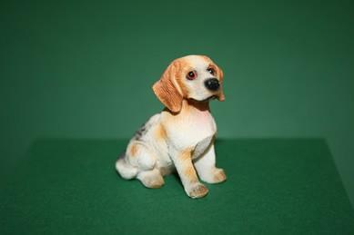 Beagle sitzend, Resin