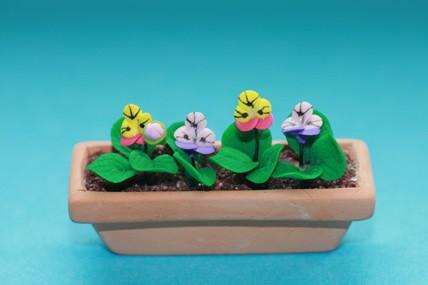 Pflanztrog mit Stiefmütterchen, Terracotta