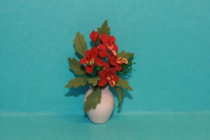 Blumen rostrot, in Porzellan-Vase rosa, 1:12