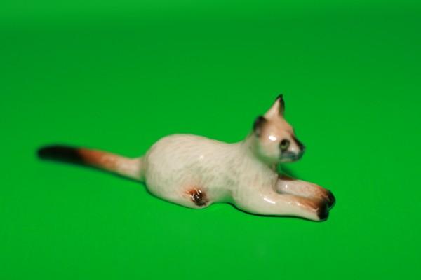 Miniatur Katze lang gestreckt liegend 1:12