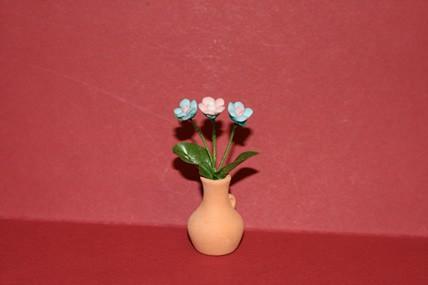 Rosa + blaue Blumen in Vase