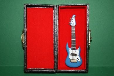 Gitarre blau, im Koffer