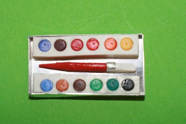Malkasten mit Wasserfarben und Pinsel