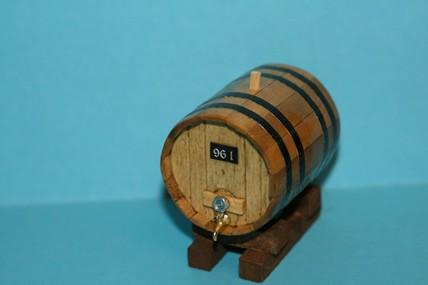 Weinfass rund, Holz, auf Fasslager, 1:12