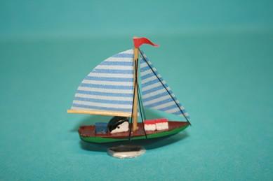 Segelschiff mit blau-weißen Segeln