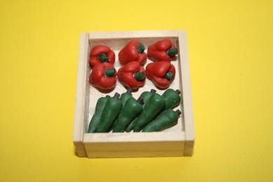 Holzkiste mit roter und grüner Paprika