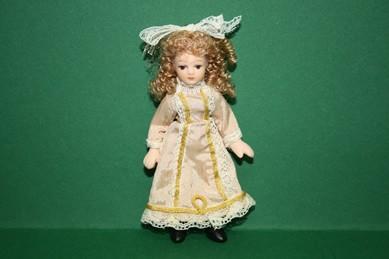 Porzellan-Biegepuppe - kl. Mädchen m. beigefarbenem Kleid