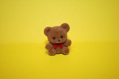 Teddy (beflockt), mit roter Fliege