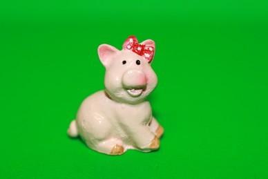 Glücksschwein sitzend, mit roter Schleife, Polyresin