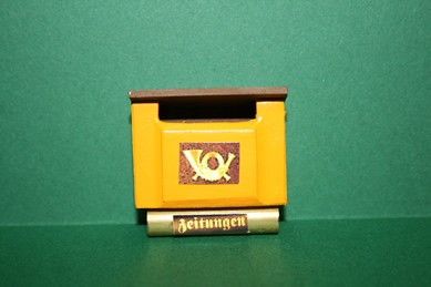 Briefkasten gelb, mit Posthorn und Zeitungsfach
