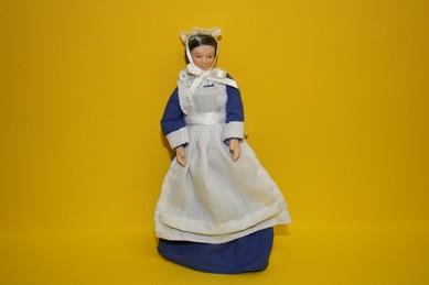 Haushälterin mit blauem Kleid und weißer Schürze, 1:12