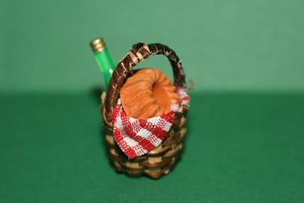 Rotkäppchen-Korb mit Wein und Kuchen, 1:12