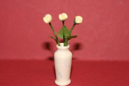 Gelbe Rosen in div. hellen Vasen