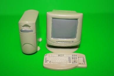 Bildschirm mit Tastatur und Rechner, Resin