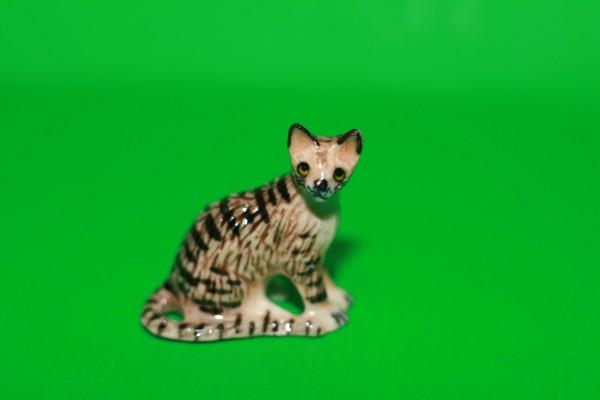 Miniatur Katze getigert sitzend 1:12
