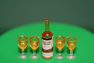 """Flasche """"Sutter Home"""" mit 4 Gläsern, Kunststoff, 1:12"""