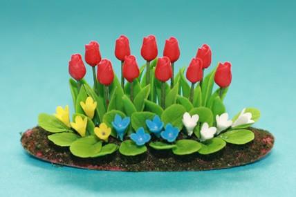 Blumenbeet m. Tulpen und bunten Blumen
